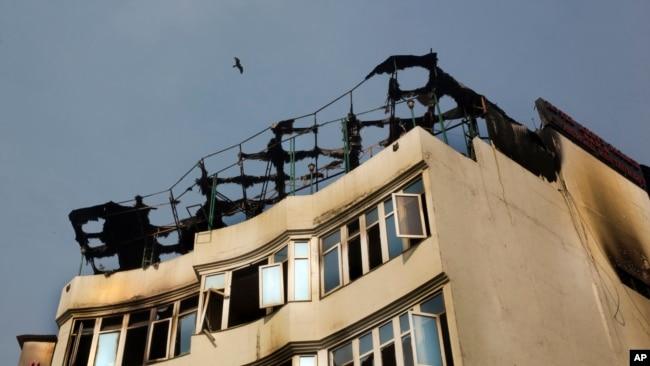 El incendio causó la muerte a más de una docena de personas en el barrio de Karol Bagh en Nueva Delhi, India, el martes.