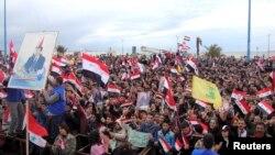 Les partisans du président syrien Bachar al-Assad assistent à un rassemblement dans la ville portuaire du nord de Tartous, en Syrie, 12 janvier 2012.