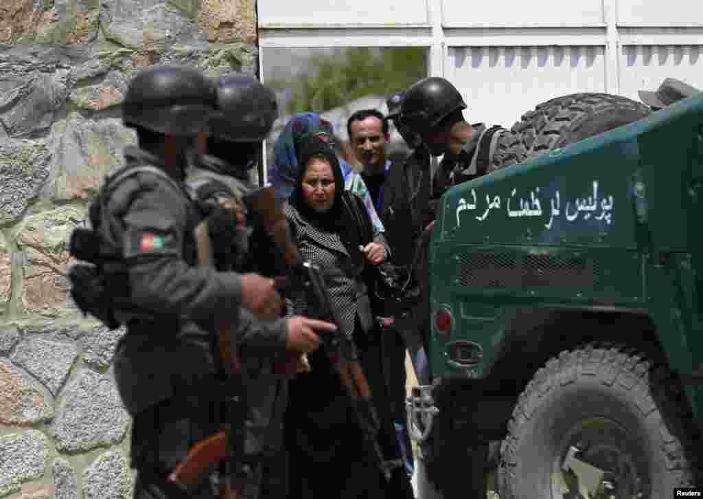 Para perempuan meninggalkan Cure Hospital setelah sebuah serangan menewaskan tiga warga Amerika, Kabul, 24 April 2014.