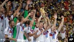 شادی بازیکنان تیم ملی فوتبال آلمان پس از شکست دادن آرژانتین و قهرمانی در جام جهانی ۲۰۱۴ برزیل - ۲۲ تیر ۱۳۹۳