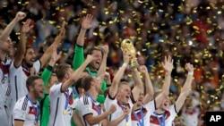 Bastian Schweinsteiger akibeba juu Kombe la Dunia akiwa na wenzake