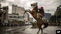 Un Ethiopien monte à cheval alors que des centaines de milliers de personnes se rassemblent pour accueillir les dirigeants du Front de libération Oromo (OLF), une fois interdit, à Addis Abeba, capitale de l'Ethiopie, le samedi 15 septembre 2018.