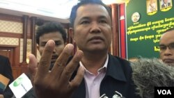 Morn Phalla, Cambodia National Rescue Party executive director, talks to journalists at a press conference, National Election Committee (NEC), Phnom Penh, Camboida, May 17, 2017. (Kann Vicheika/VOA Khmer)