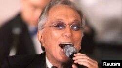 Penyanyi kawakan Andy Williams menyanyikan lagu 'Moon River' di Beverly Hills tahun 2001 (foto: dok).