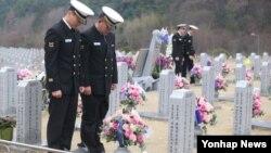 천안함 사고 4주기를 하루 앞둔 25일 천안함 생존장병들이 희생장병이 잠든 대전현충원 46용사 묘역을 찾아 참배하고 있다.