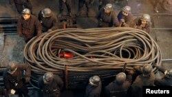 Para buruh mempersiapkan peralatan di sebuah tambang batubara di China (foto: dok). Insiden tambang di China tahun lalu mengakibatkan lebih dari 1.000 orang tewas atau hilang.