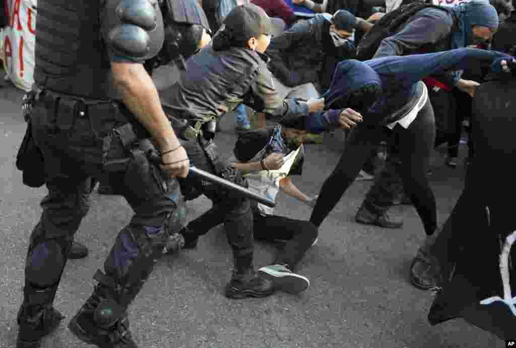 Policiers et manifestants s'affrontent à Rio, 2août 2016