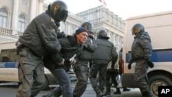 俄罗斯警察3月5日在圣彼得堡拘捕一名参加抗议普京集会的抗议者