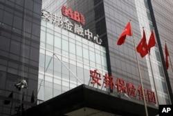 北京安邦保险集团大楼外面有人擦玻璃(2017年3月16日) 。