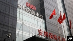 北京安邦保险集团大楼外面有人擦玻璃(2017年3月16日)