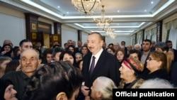 İlham Əliyev şəhid ailələri ilə görüşərkən.