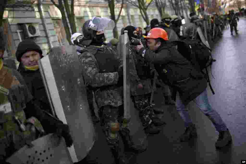 Parlament binasına doğru irəliləyən nümayişçilər - Kiyev, 6 fevral, 2014