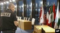 20國集團峰會在法國康城舉行﹐一名警員帶同警犬在會場進行安全檢查。