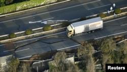 지난 15일 일본 남부 구마모토 현의 규슈 고속도로가 지진의 영향으로 갈라졌다. (자료사진)