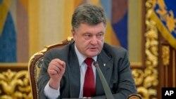 Presiden Ukraina Petro Poroshenko dalam pertemuan Dewan Keamanan di Kyiv di Ukraina, Juli.