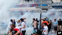 La police française disperse les supporters anglais à coup de gaz lacrymogène à Marseille, France, 10 juin, 2016. (AP photo / Darko Bandic)