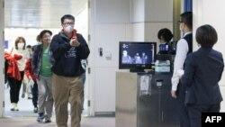2020年1月13日,台湾疾病控制中心使用人体检测仪在桃园机场检测从武汉飞抵台北旅客的体温。