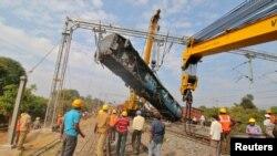 حادثے کا شکار ہونے والی ریل گاڑی کی ایک بوگی کو ہٹایا جا رہا ہے۔