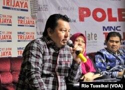Anggota tim kuasa hukum TKN Irfan Pulungan mempertanyakan jumlah dan kualitas bukti yang disampaikan BPN ke Mahkamah Konstitusi, di Jakarta, Sabtu, 25 Mei 2019. (Foto: Rio Tuasikal/VOA)