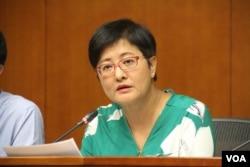 香港立法会议员黄碧云 (美国之音记者申华拍摄)