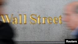 人们走过纽约股票市场所在地华尔街 (2018年4月2日)