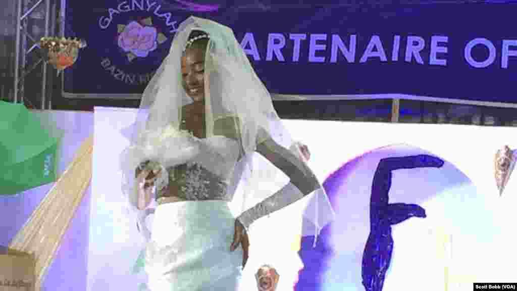 Une très jolie robe de mariée en Bazin, au Festival du Bazin, 2e édition, à Bamako, Mali, 16 octobre 2015. (VOA/Scott Bobb)