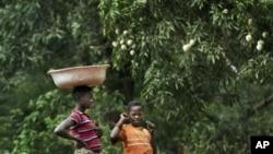 Des habitants marchent sur la route d'Obo, en Centrafrique, le 29 avril 2012.