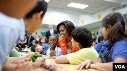 La primera dama Michelle Obama durante su visita a la escuela Riverside, en Miami, para lanzar el programa de 6.000 barras de ensaladas.
