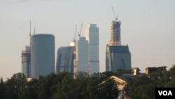"""跟随中国将妨碍俄罗斯现代化。正在建设之中的""""莫斯科城""""商贸区。(美国之音白桦拍摄)"""