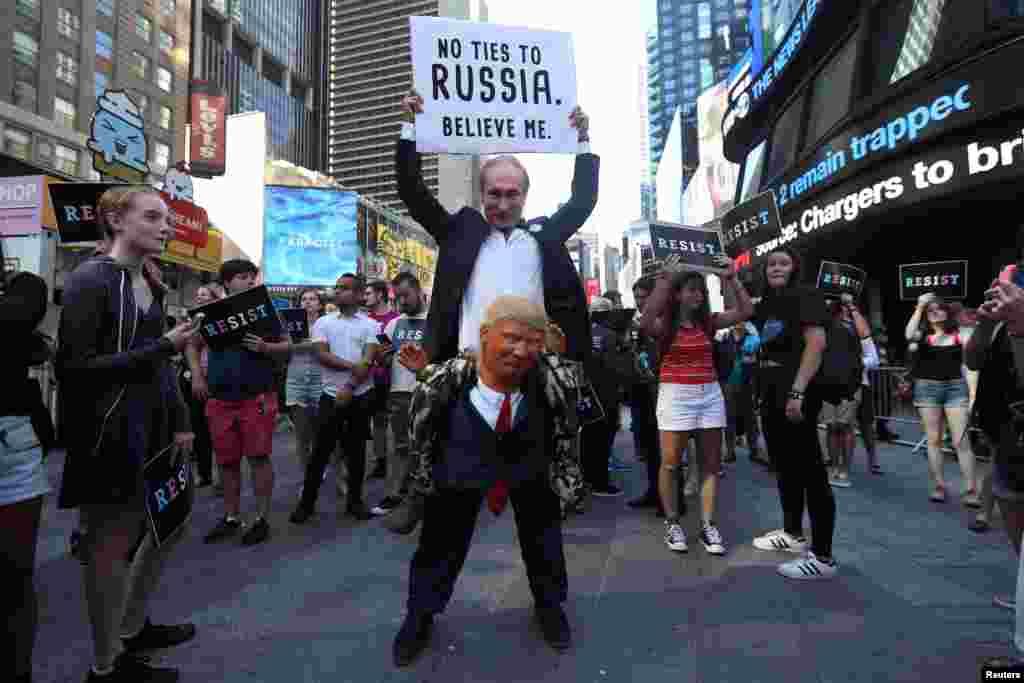 អ្នកតវ៉ាម្នាក់បានតែងខ្លួនជារូបលោក ពូទីន ប្រធានាធិបតីរុស្ស៊ី និងលោ ត្រាំ ប្រធានាធិបតីអាមេរិក ដើម្បីចូលរួមបាតុកម្មប្រឆាំងនឹងការប្រកាសរបស់លោកត្រាំ ដែលបានប្រកាសថានឹងរារាំងភេទទី៣ មិនឲ្យបម្រើក្នុងកិច្ចការណាមួយរបស់យោធាអាមេរិក នៅ Times Square ទីក្រុងញូវយ៉ក។
