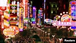 Noche colorida de comercio en una calle de Shangai, en China.