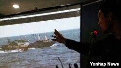 한국 해경이 불법중국어선을 단속하다 중국인 선장이 해경이 쏜 총에 맞아 숨진 사건이 발생한 10일 전남 목포해양경찰서에서 해경이 불법조업 중국어선 단속 과정을 촬영한 동영상을 공개하고 있다.