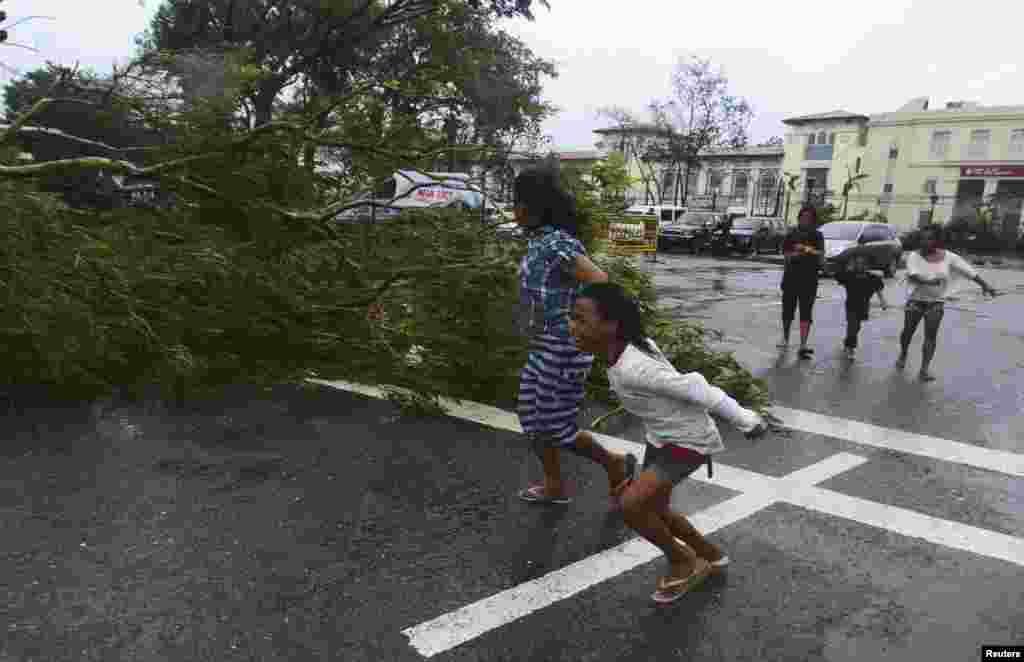 Udari vetra u oluji, koja je na Filipinima dobila ime Jolanda, dostizali su brzinu od 350 kilometara na sat. Neki meteorolozi kažu da je zbog toga vode kao najsnažniji ikada zabeleženi tajfun.