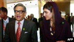 Ngoại trưởng Pakistan Hina Rabbani Khar (phải) và Ngoại trưởng Ấn Ðộ Somanahalli Mallaiah Krishna dự cuộc họp của Hiệp hội Hợp tác Khu vực Nam Á