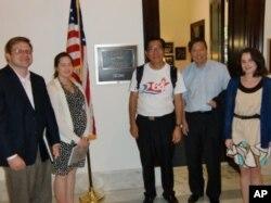 麦海华(中间)与李卓人(右二)在韦伯参议员办公室外与助理合照