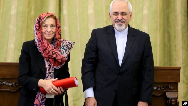 Iranian Foreign Minister Mohammad Javad Zarif, right, and his Italian counterpart Emma Bonino pose for a photograph after their joint press conference in Tehran, Iran, Dec. 22, 2013.