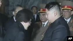 Bà Lee Hee-ho gặp lãnh tụ Kim Jong Un năm 2011, khi bà đến viếng tang của thân phụ Lãnh tụ Kim là cựu Lãnh tụ Kim Jong Il. (Ảnh chụp từ video của hãng tin APTN).