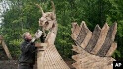ناروے میں ایک فنکار لکڑی کو تراش کر دلکش نمونہ تیار کر رہا ہے