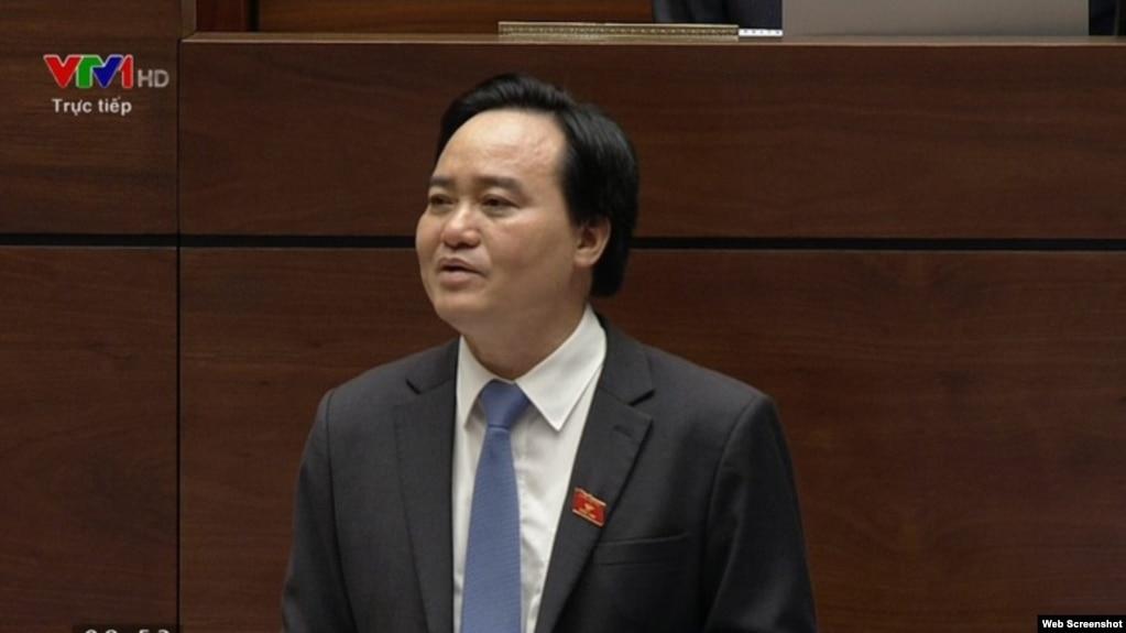 Bộ Trưởng Bộ Giáo dục và Đào tạo Phùng Xuân Nhạ trong một phiên trả lời chất vấn trước Quốc hội.