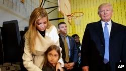 Ivanka Trump beserta putrinya Arabella dan ayahnya, Presiden terpilih Donald Trump, di sebuah TPS di New York, pada hari pemilihan umum.