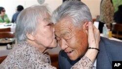 Cụ bà Jang In-ok (trái) ở Hàn Quốc ôm hôn người anh trai Jang Dong Ju (phải) trong cuộc họp mặt tại Núi Kim Cương ở Bắc Triều Tiên, ngày 25/6/2006