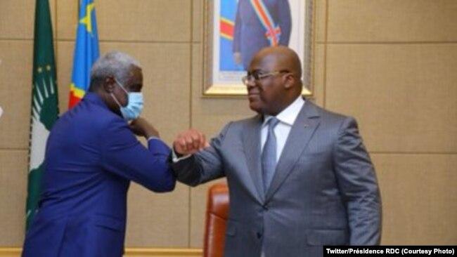 Moussa Faki Mahamat (à gauche), président de la Commission de l'Union africaine, avec le président de la RDC, Félix Tshisekedi, au Palais à Kinshasa, le 3 décembre 2020.