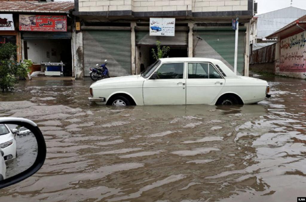 آب گرفتگی خیابان ها و معابر لنگرود در پی شدت بارندگی عکس: عباس طهماسبی