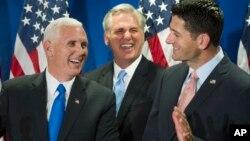 El gobernador de Indiana, Mike Pence, visitó el martes a lideres de la Camara de Representantes y el Senado.