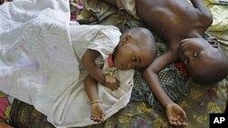 Trẻ em bị bệnh sốt rét được điều trị trong một bệnh viện địa phương ở Walikale, Congo