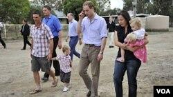 Durante su visita, el príncipe se reunió con los residentes de Grabtham, que perdieron a sus seres queridos en las inundaciones.