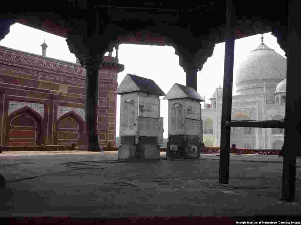 Peralatan pengujian udara di kompleks Taj Mahal digunakan untuk menentukan apa yang menyebabkan perubahan warna struktur bangunan tersebut.
