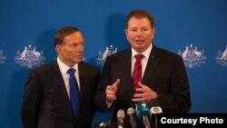크레이그 론디 호주 연방 하원의원(오른쪽)이 지난해 8월 토니 애벗 호주 총리와 함께 참석한 정치 행사에서 발언하고 있다. (자료사진)
