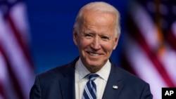 លោក Joe Biden ប្រធានាធិបតីជាប់ឆ្នោត ញញឹមពេលលោកស្តាប់សំណួររបស់អ្នកសារព័ត៌មាន នៅទីក្រុង Wilmington រដ្ឋ Delaware កាលពីថ្ងៃទី១០ ខែវិច្ឆិកា ឆ្នាំ២០២០។