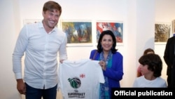 კალათბურთის ფედერაციის ვიცე-პრეზიდენტი ვლადიმერ ბოისა პრეზიდენტთან ერთად
